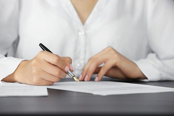 אישה חותמת על צוואה